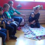 Baby Philip feiert mit den Kindergartenkindern der Drachen seinen ersten Geburtstag