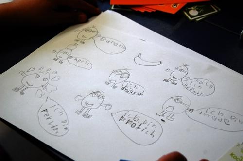 Kinder im Hort mit dem Comiczeichner Rautie
